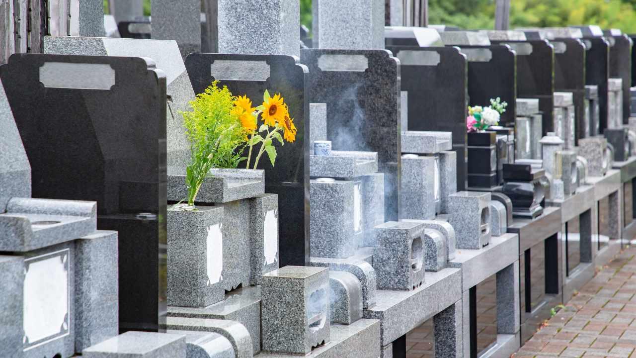 まるで立体駐車場のような「お墓」が日本で流行する特殊な事情