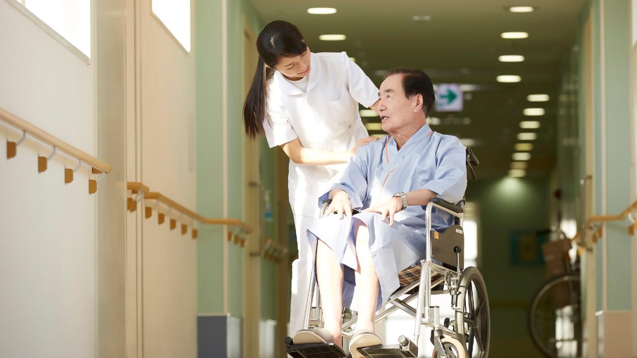 病院化する老人ホームの皮肉…看護師が介護職員を支配した結果