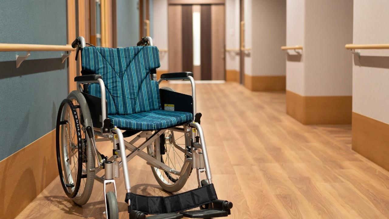 認知症入居者の徘徊で被害続出…介護職員は四面楚歌で呆然