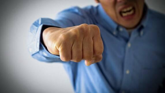 「コソコソするな!」やはり遺産が欲しい兄に、弟、怒りの鉄拳