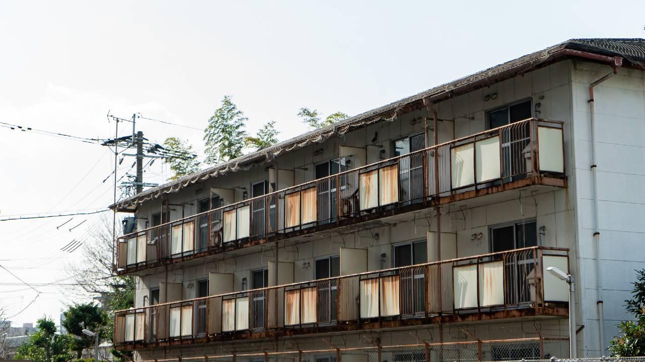 老朽アパートの倒壊リスクに「目をつぶる所有者」が多すぎる