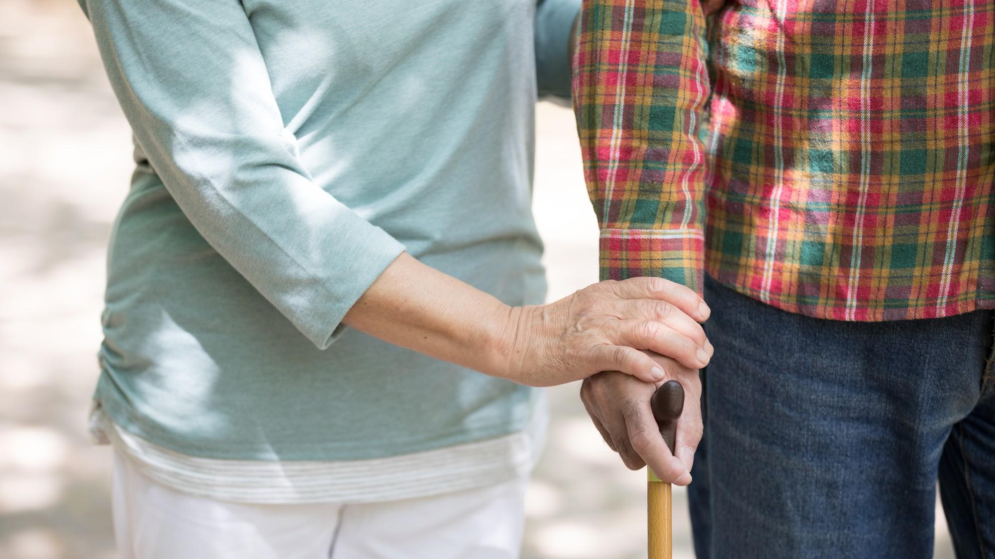 長男の嫁、泣き崩れる…「夫の死よりも義父の介護」に疲労困憊