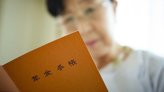 """平均年金「16万円」だが…""""消えた所得倍増""""で悲惨さ増す今、老人ホームの請求額に日本人撃沈"""