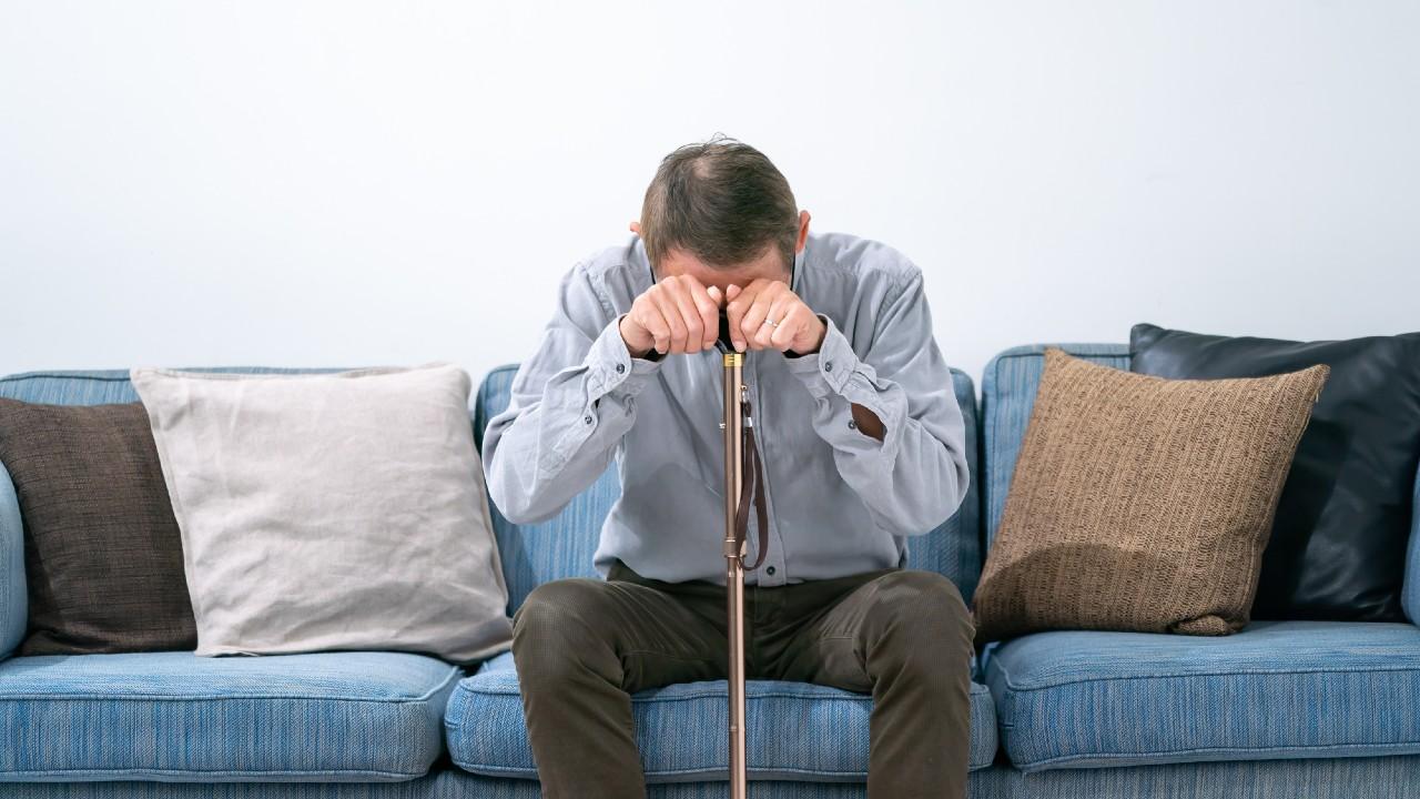 深夜「背中が痛い」布団に大量の煎餅が…壊れる認知症父に愕然