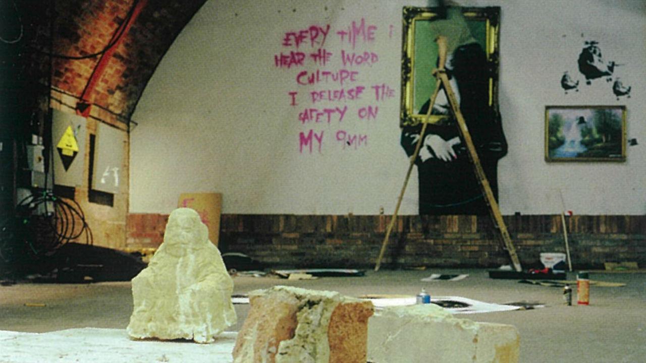 【バンクシー本人の写真公開】30年、暗躍する天才画家の正体