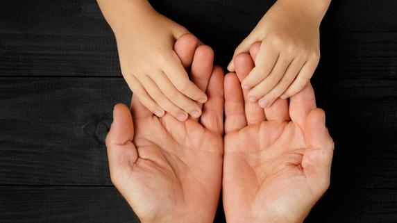 子ども時代に虐待で「脳に大きな傷」…心理療法で回復するか?