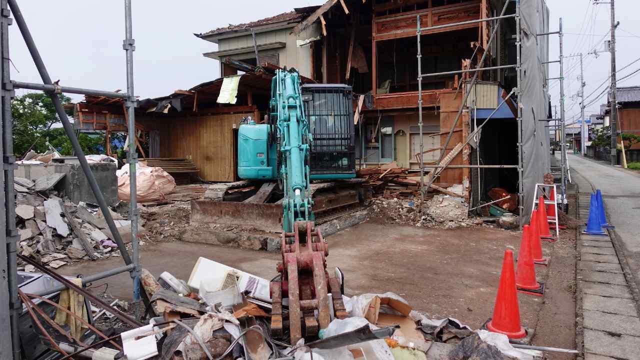 老朽化したアパートを取り壊し、自宅を建てる場合の税務処理