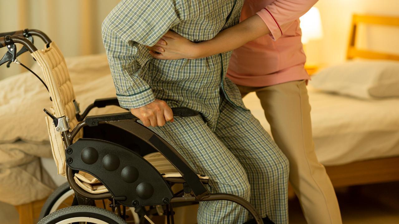 70代自営業夫婦、年金2人で10万円…介護費用の捻出は可能か