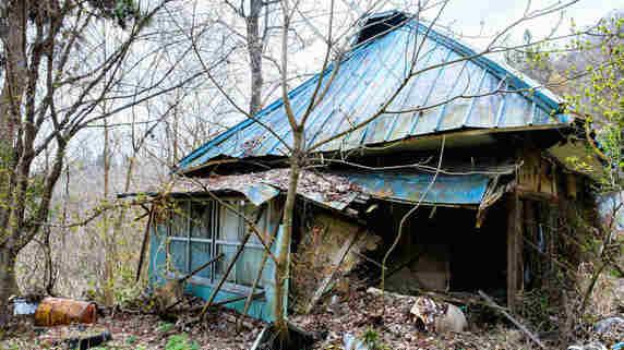 300万円のマイナス…木造アパート、ぼろぼろ空き家の酷い末路
