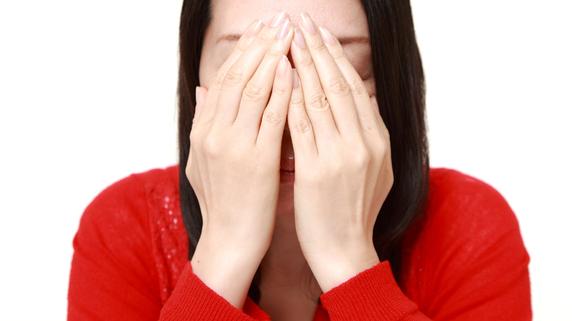 朝起きたら目が真っ赤…「白目の出血」は眼科に行くべき?