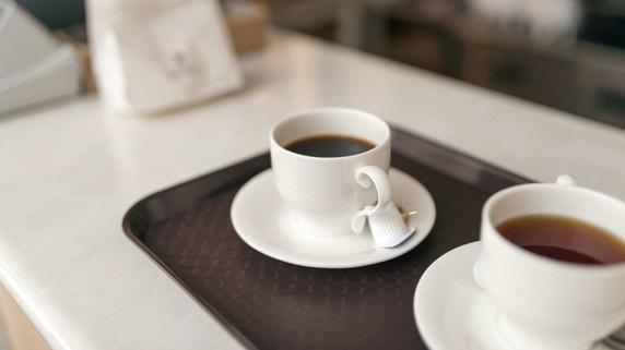 喫茶店の女主人の家族関係を聞き出す謎の男…その手腕とは?