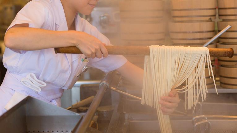 うどん札、天ぷら写真…丸亀製麺「リピーター続出」の仕組み