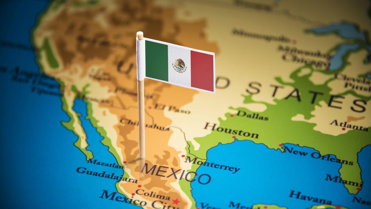 メキシコの信用力を格付け会社2社が引き下げ、ペソ安も