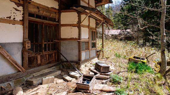 恐しい相続…実家が凍結「空き家状態に」建物はボロボロと崩れ