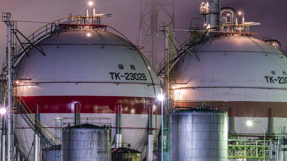 火気厳禁の危険地帯…超巨大、直径20mのタンクを切断せよ!