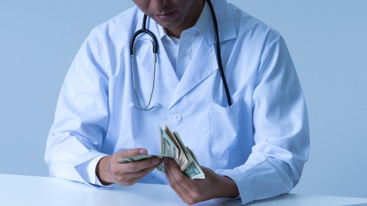 高収入でも「将来、経済的に不安」が8割…医師の資産形成事情