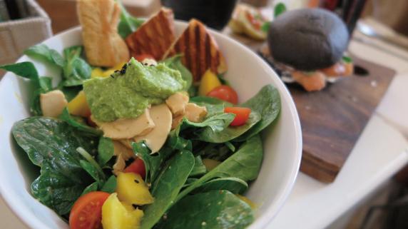 1日に必要な栄養がまとめて摂れる「特製野菜サラダ」のレシピ