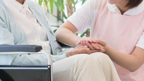 「手や腕にメモを取るスタッフがいる」施設は要注意…有料老人ホームの見学ではどこを見るべきか?