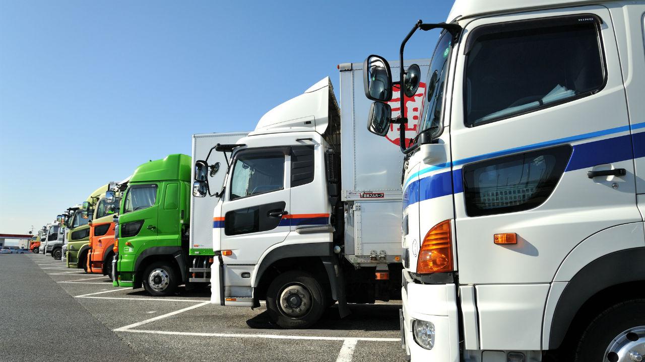 トラックのナンバープレート…「緑」と「白」は何が違うのか?