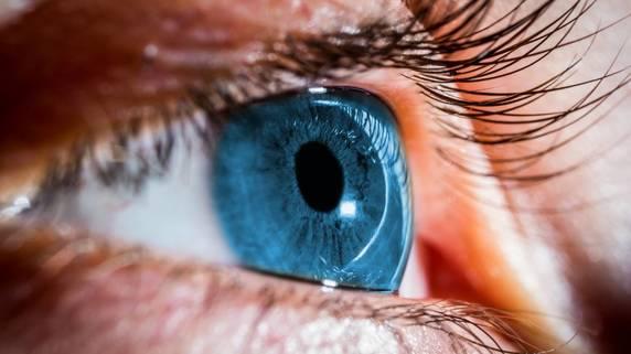 気づかず進行する怖い白内障…眼科医による「セルフチェック」