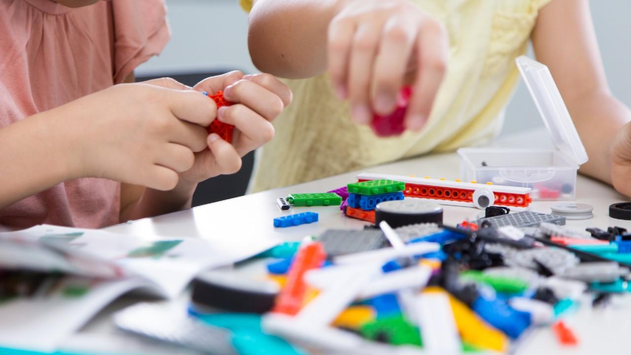 子どもが習い事で座っていられない…叱るのはNG対応?
