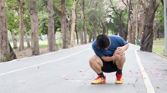 ひざに水がたまったらどうすればいい?原因と治療法を解説