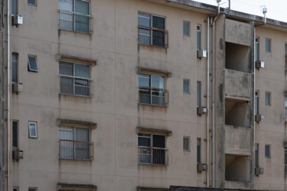 まるで都会のなかの軍艦島…築60年「超老朽マンション」に1人住み続けた結果