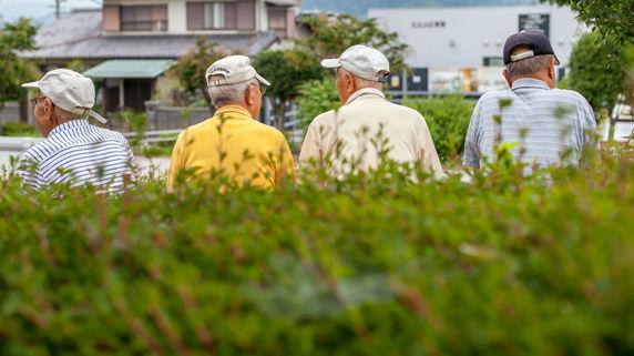 減少する人口、上昇する高齢者比率…日本が直面する厳しい現実