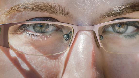 目の「光・色の感じ方」の変化から探る病気のサイン