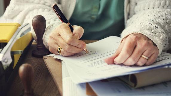 一人暮らしの高齢者をサポートする「継続的見守り契約」とは?