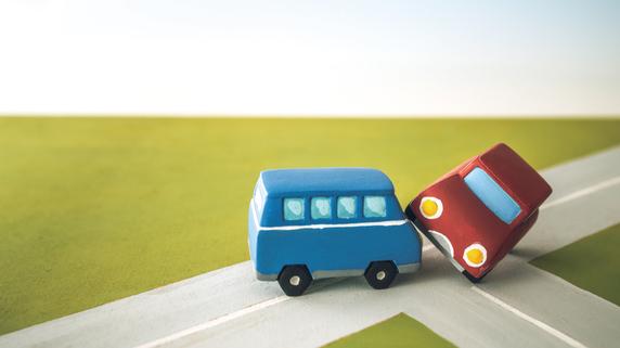 突然の自動車事故死――保険金や賠償金の取り扱いはどうなる?