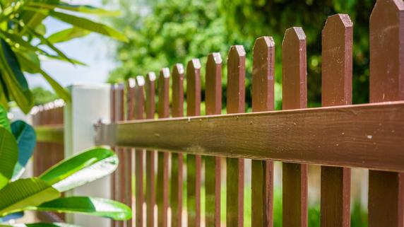 隣の空き家との境界線上に「勝手に塀を作る」ことは可能か?