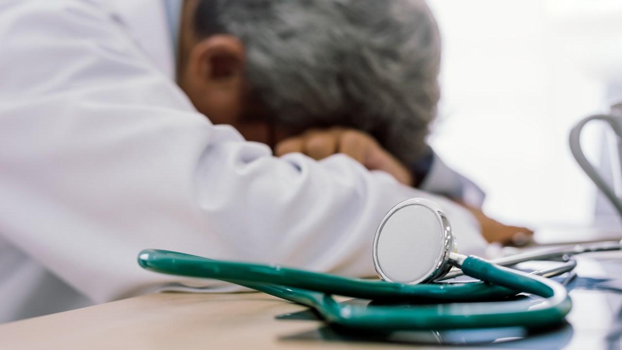 年収1500万円の医師…会社員の3倍以上を稼いで「貧困」の謎