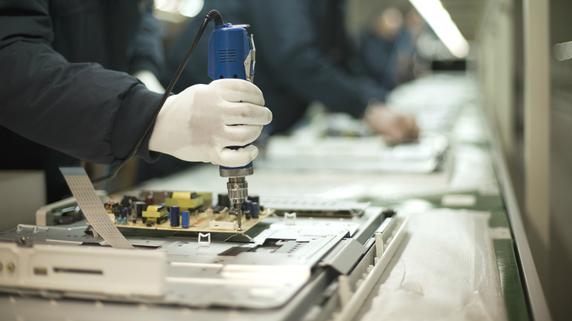 巨大な機械が並ぶ工場の「床の歪み」をどう直すか?