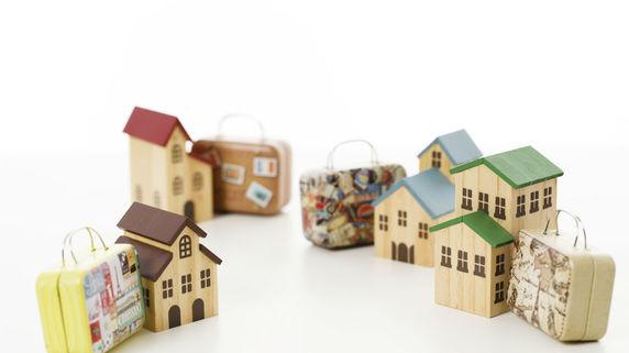 民泊、価格競争促す ホテル宿泊料、昨年度9%低下 宿泊料が節約出来れば、お土産物を・・・