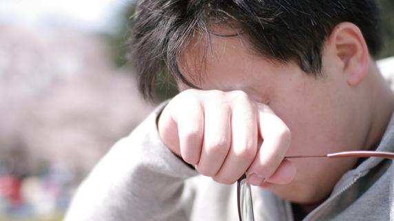 「目のこすりすぎ」によって引き起こされる病気とは?
