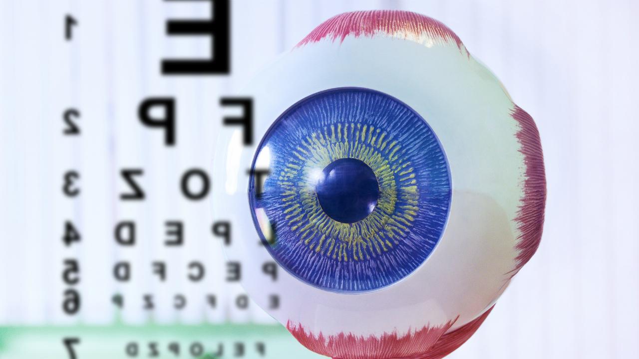 疲れ目と診断され悪化…失明に至る「加齢黄斑変性」の初期症状