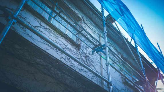 神奈川・木造2階ボロ倉庫…処分のために70歳が負った借金額
