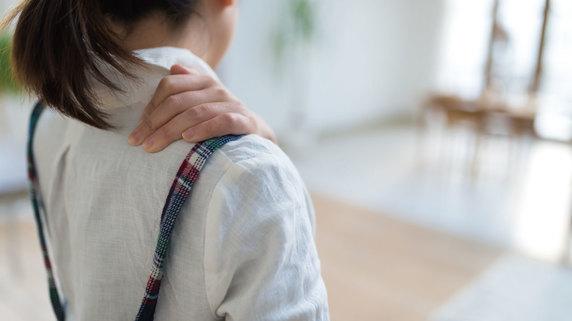 痛むときには冷やす? 温める? 「肩の痛み」に関するQ&A①