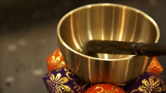 純金の仏具購入は節税対策になる? お墓や葬式の費用と税金
